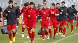 Các cầu thủ đội tuyển Bắc Triều Tiên luyện tập tại sân vận động Green Point tại Cape Town ngày 20/06/2010.