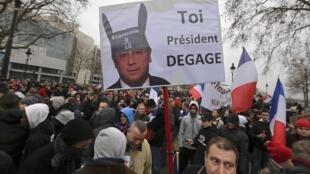 Один из слоганов воскресного «Дня гнева» в Париже - «Президент, проваливай», 26 января 2014