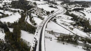 Vista aérea de carros bloqueados na EN 88 perto de Firminy, no distrito de Loire.