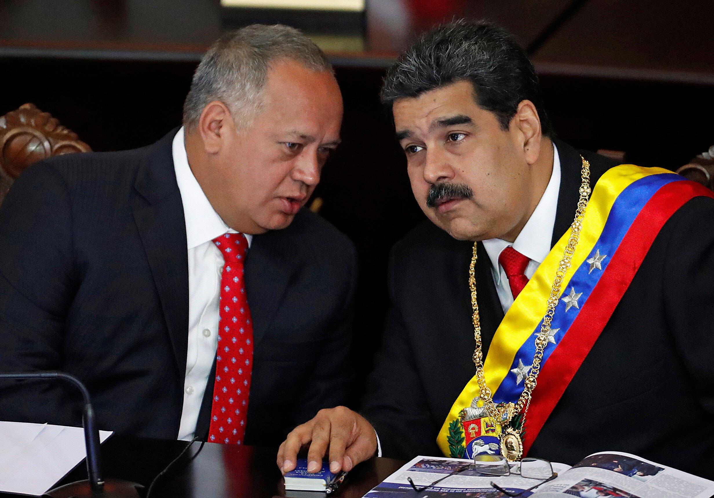 Tổng thống Venezuela Nicolas Maduro (P) và chủ tịch Quốc Hội lập hiến Diosdado Cabello tại Tòa Án Tối Cao, Caracas, ngày 24/01/2019