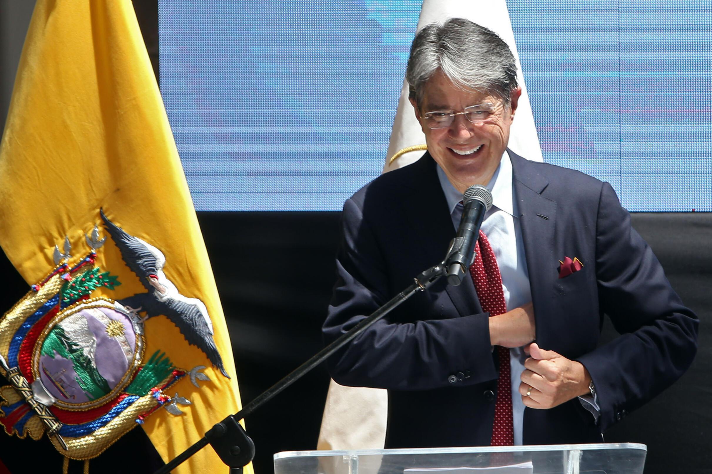 El presidente electo de Ecuador, Guillermo Lasso, da un discurso tras recibir sus credenciales del Consejo Nacional Electoral el 19 de mayo de 2021