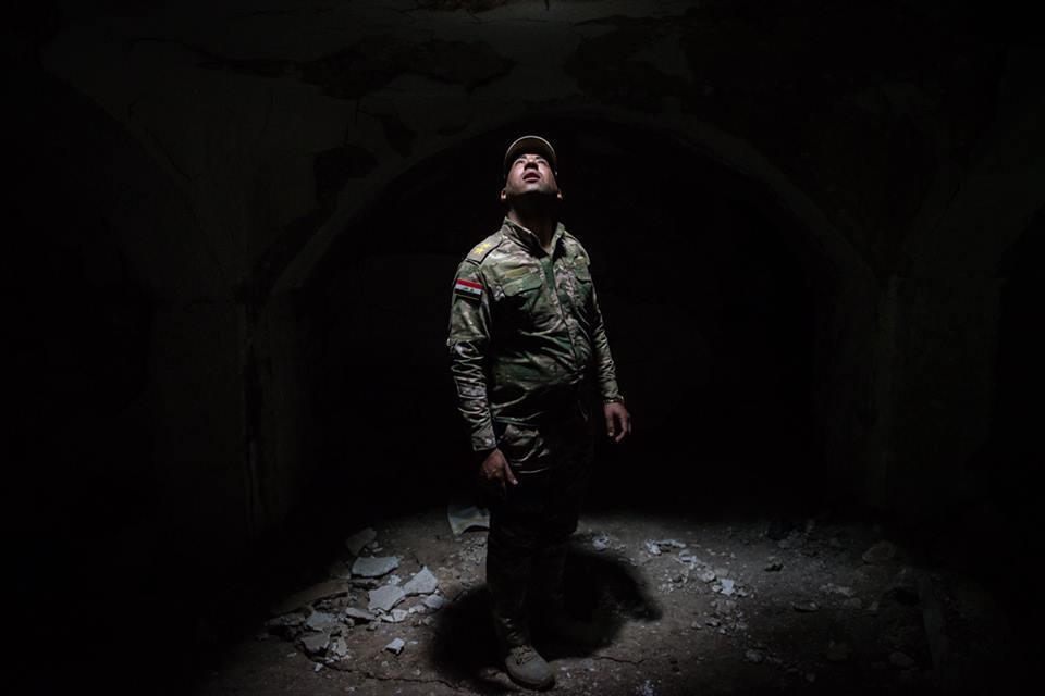 Un policía iraquí, parado sobre lo que fuera la cripta con los restos del profeta Jonás, mira hacia el tragaluz que iluminaba el santuario en la mezquita.