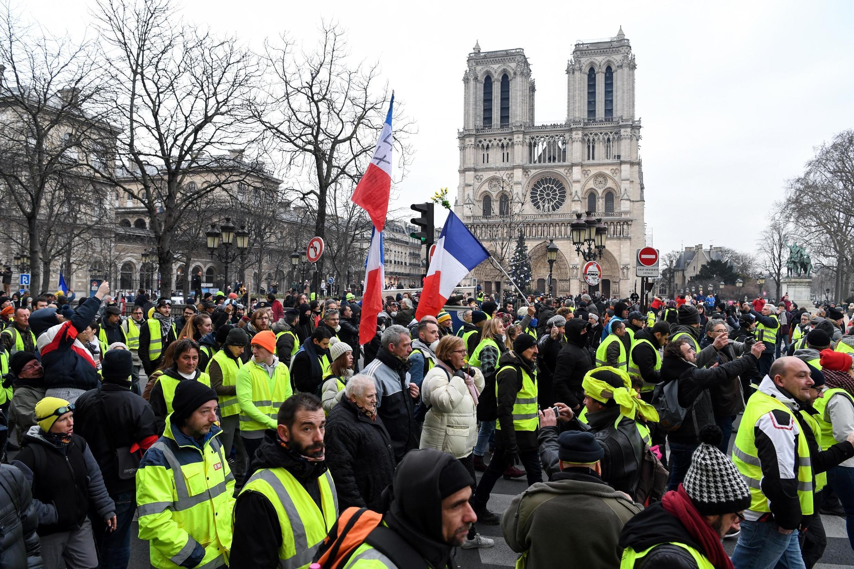 """""""Coletes-amarelos"""" protestam em frente à Catedral de Notre-Dame em Paris. 05/01/2019."""