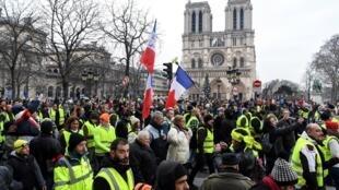 (Ảnh minh họa) - Những người Áo Vàng biểu tình gần nhà thờ Đức Bà Paris, ngày 05/01/2019.