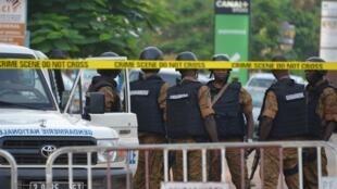 Des forces de sécurité devant le restaurant touché par l'attaque terroriste dans la nuit de dimanche à lundi.