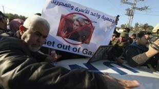 La delegación francesa trata de abrirse paso entre familiares de detenidos palestinos en Israel para entrar en la franja de Gaza, el 21 de enero de 2011.