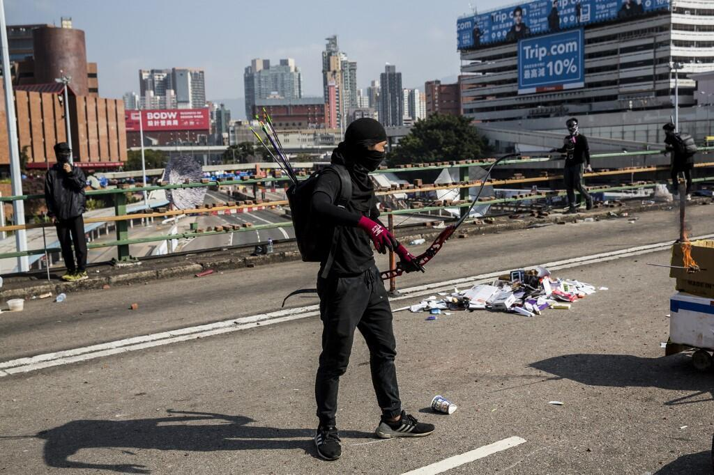 Một cung thủ với những mũi tên sau lưng, tại một con đường đã bị phong tỏa bên ngoài trường đại học Bách Khoa Hồng Kông, ngày 15/11/2019.