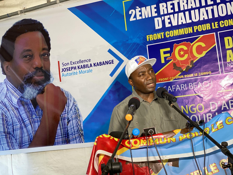 Nehemie Mwilanya, coordonateur du FCC, dévoile la déclaration finale lors de la retraite du parti à Safari Beach. Dimanche, 8 novembre 2020 dans la banlieue de Kinshasa.