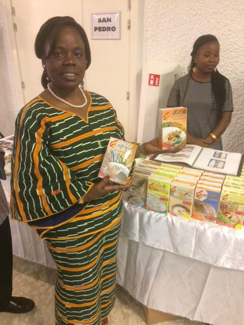 Une femme ivoirienne présente ses produits issus de l'agriculture et la transformation des récoltes.