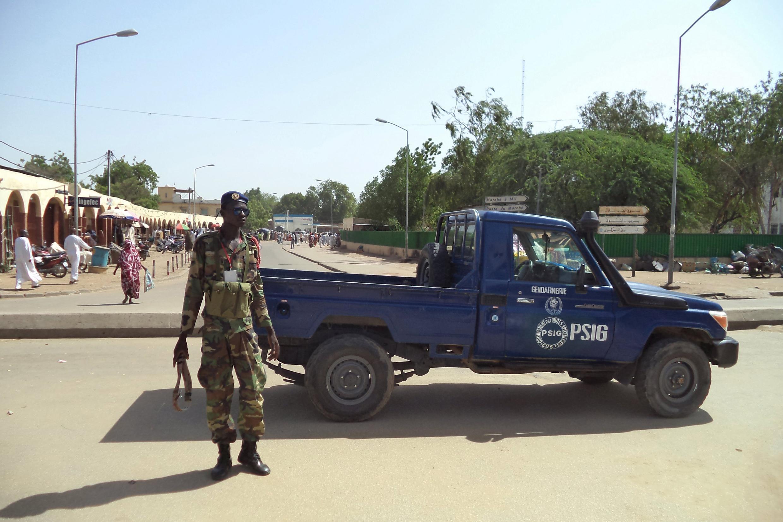Polisi akipiga doria karibu na soko kuu la N'Djamena, kwenye eneo la shambulio Julai 11, 2015.