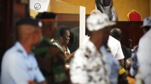 Simone Gbagbo devant la cour d'assises d'Abidjan, lundi 23 février 2015.