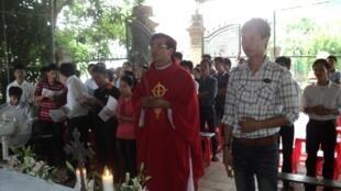 Lễ cầu nguyện cho các thanh niên công giáo bị bắt, tại giáo xứ Yên Đại, hạt Cầu Rầm, giáo phận Vinh, 07/08/2011 (ảnh: chuacuuthe.com)