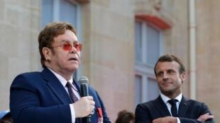 Elton John et Emmanuel Macron le 21 juin 2019 dans la cour de l'Élysée.