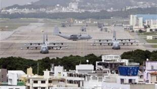 Vista da pista de aviação da base militar americana na ilha japonesa de Okinawa, em foto de 2010; o Japão é o principal aliado dos americanos na Ásia.
