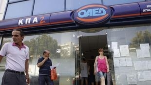 Entrada de uma agência do seguro-desemprego em Atenas.