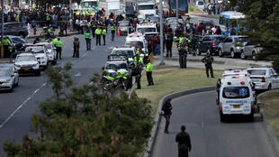 Police et les services at the scene of a deadly car bomb attack on a police cadet training school in Bogota, 17 January 2019.