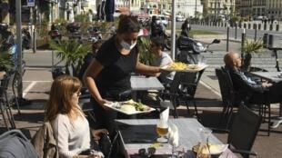 Comme dans d'autres villes françaises, les bars et restaurants marseillais devront fermer leurs portes de 21h à 6h pour respecter le couvre-feu.