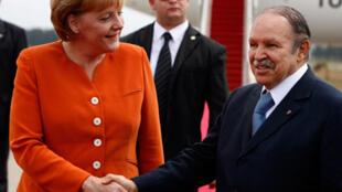 La chancelière allemande Angela Merkel saluée par le président algérien Abdelaziz Bouteflika à son arrivée à Alger, le 16 juillet 2008.
