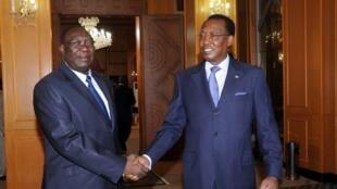 Le président tchadien Idriss Déby Itno (D) reçoit le président de la transition centrafricaine Michel Djotodia, le 14 mai 2013 à N'Djamena.