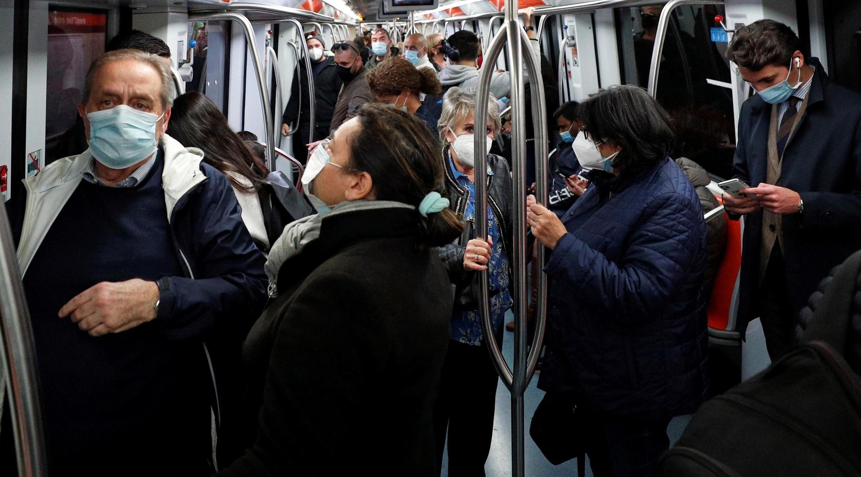Des passagers portant un masque dans le métro de Rome, en Italie, le 28 octobre 2020.
