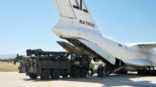 Les missiles S-400 russes achetés par la Turquie lors de leur arrivée à Ankara le 27 août 2019.