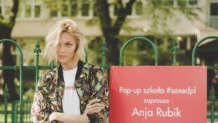 La topmodel Anja Rubik a organisé avec sa fondation #sexedPL des ateliers d'éducation sexuelle dans une école de Varsovie.