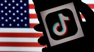 L'application chinoise TikTok, qui compte un milliard d'utilisateurs, menace d'engager des poursuites judiciaires après les mesures radicales décrétées par le président américain Donald Trump.