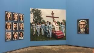 """Exposição """"Velho Testamento"""", de Jonas Bendiksen, em Arles."""