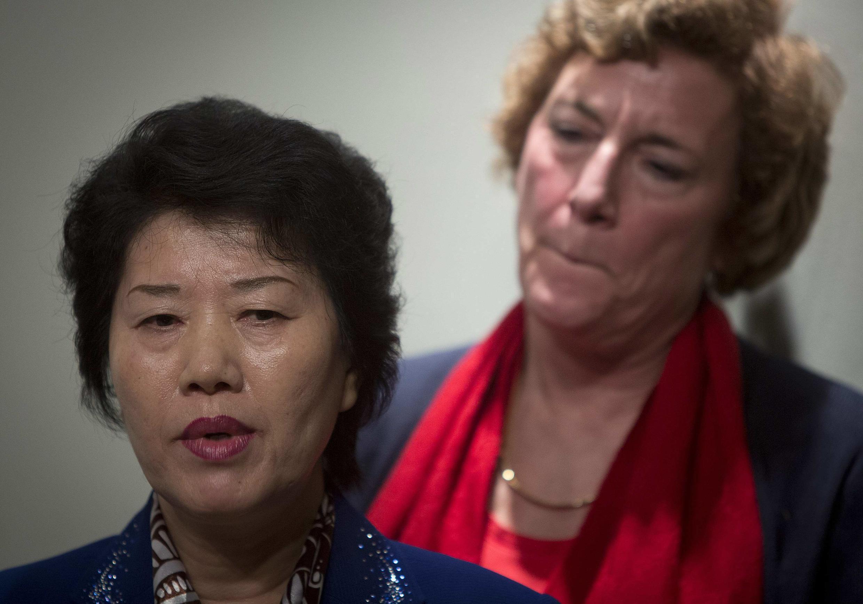 Bà Song Hwa Han (T), tỵ nạn chính trị Bắc Triều Tiên phát biểu trong cuộc họp báo, tại New York, Hoa Kỳ, 06/01/2014