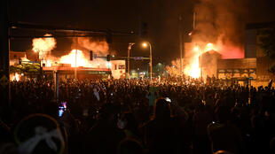В американском городе Миннеаполис третью ночь продолжаются столкновения полиции и местных жителей после смерти чернокожего мужчины