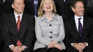 De (G) à (D) : Wang Qishan, le Premier ministre Chinois, Hillary Clinton, secrétaire d'Etat américaine et Timothy Geithner, secrétaire américain au Trésor