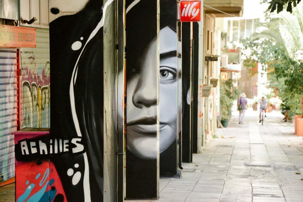 Portrait de femme anamorphique, du street-artiste grec Achilles, dans le quartier d'Exarchia à Athènes.
