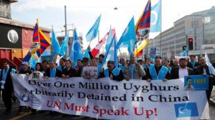 """Biểu tình trước Ủy ban Nhân quyền Liên Hiệp Quốc ở Genève phản đối Bắc Kinh. Dòng chữ trên biểu ngữ: """"Trên 1 triệu người Duy Ngô Nhĩ bị giam giữ tùy tiện tại Trung Quốc. Liên Hiệp Quốc cần phải lên tiếng!"""""""