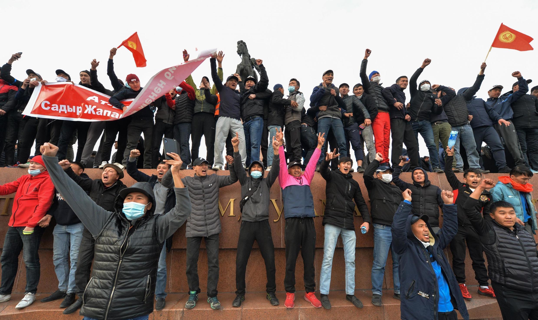 Des partisans du nationaliste kirghize Sadyr Japarovlors d'un rassemblement à Bichkek, le 9 octobre 2020.