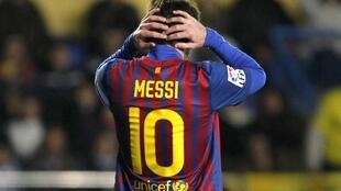 Dan wasan Barcelona Lionel Messi rike da kai a lokacin wasansu da Villareal a filin wasa na Madrigal