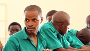 Joël Mutabazi (g.), le mardi 28 janvier lors de l'ouverture du procès, à Kigali.
