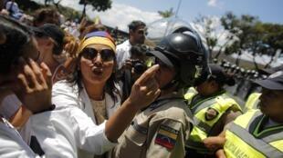 Des médecins protestent contre le manque de moyens dans le système de santé du pays, le 10 mars 2014 à Caracas.