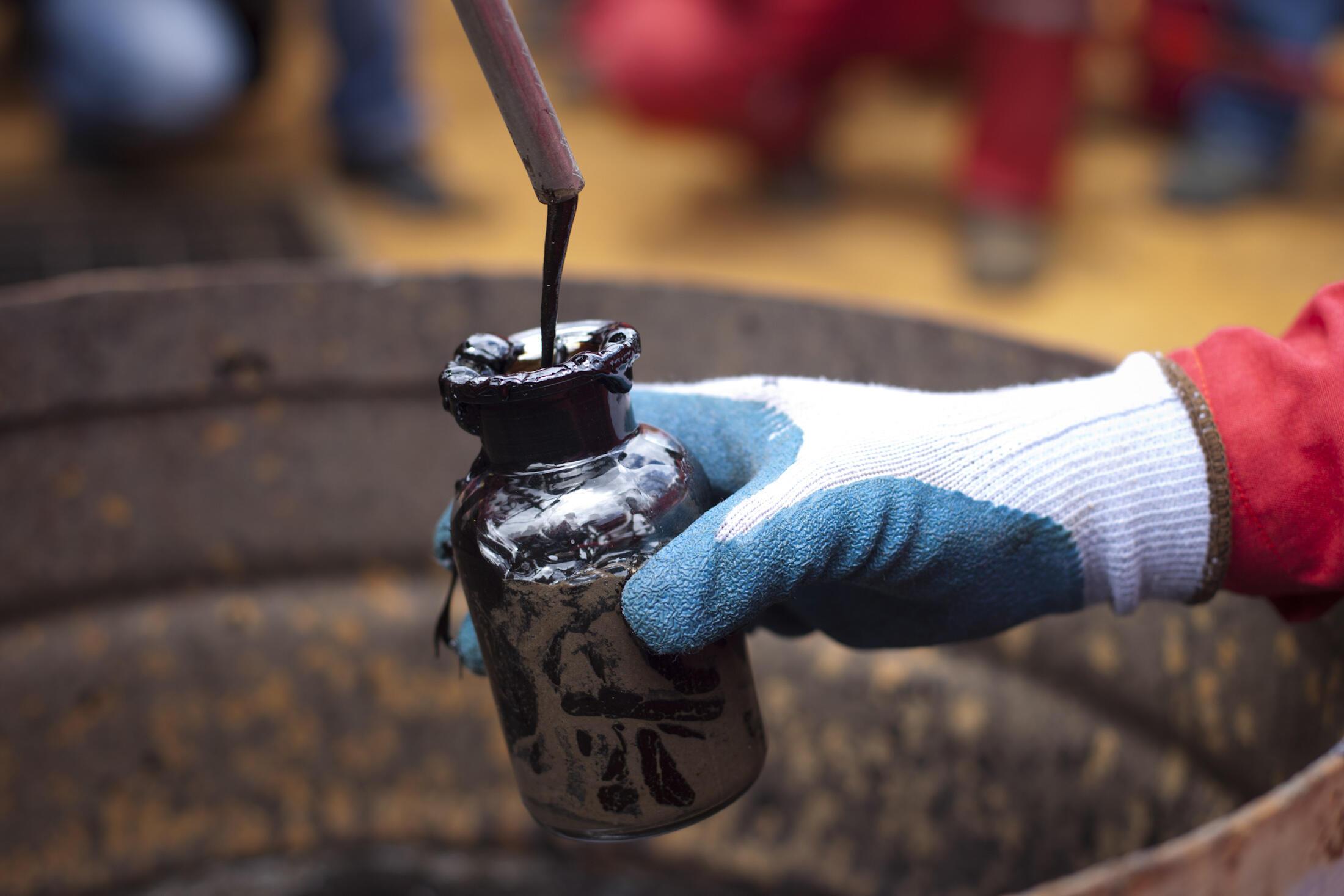 Echantillon de pétrole brut prélevé dans un puits vénézuélien.