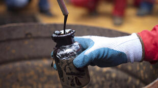 Un échantillon de pétrole brut est prélevé dans un puits vénézuélien, à Morichal, le 28 juillet 2011.