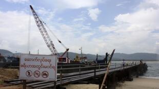 Các cơ sở hạ tầng của Miến Điện vẫn còn trong tình trạng hoang sơ. Ảnh: Một cầu cảng tạm cho khu công nghiệp Dawei gần biên giới với Thái Lan.