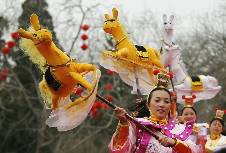 Tradicional baile del caballo, este 31 de enero en Pekín.
