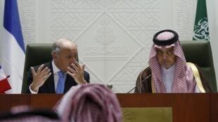 Le ministre français des Affaires étrangères Laurent Fabius et son homologue saoudien, Saud al-Faisal (d), ce dimanche à Riyad.