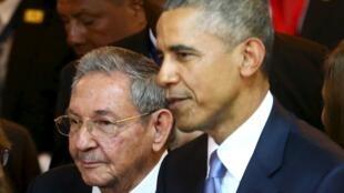 Raúl Castro (esquerda) e Barack Obama na 7ª Cúpula das Américas.
