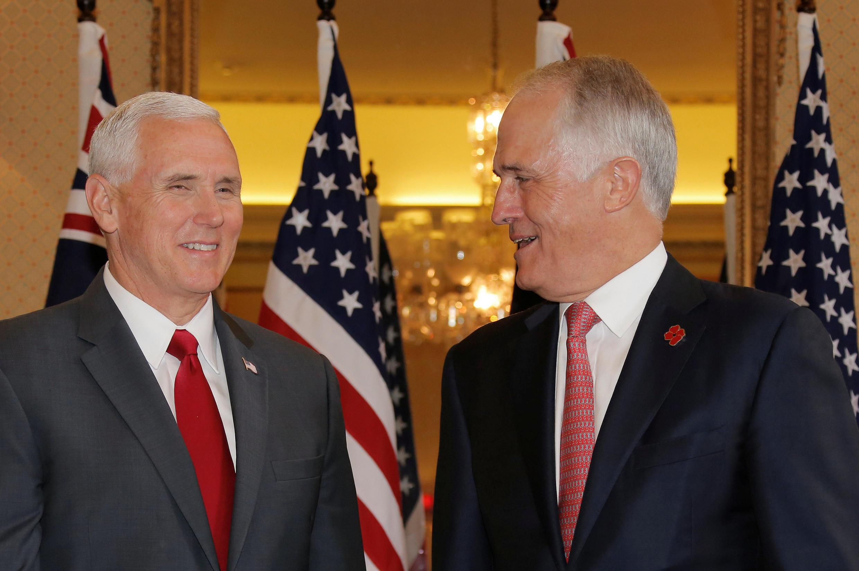 Phó tổng thống Mỹ Mike Pence (T) và thủ tướng Úc Malcolm Turnbull, trước cuộc họp báo chung tại Sydney, ngày 22/04/2017.