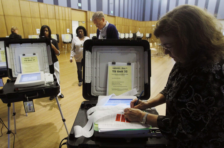 Préparation de machines à voter dans le Maryland.