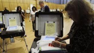 Funcionários preparam as urnas de voto eletrônico em Maryland, nos Estados Unidos.