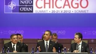 Tổng thống Mỹ Barack Obama (G) và bộ trưởng Quốc phòng Leon Panetta (T) và Tổng thư ký NATO Anders Fogh Rasmussen, tại Thượng đỉnh Chicago, Hoa Kỳ, 20/05/2012