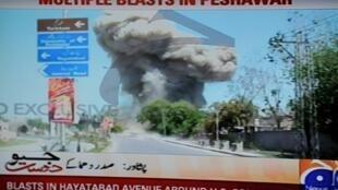 Image de la télévision Geo News de l'attentat contre le consulat américain de Peshawar ce 5 avril 2010.