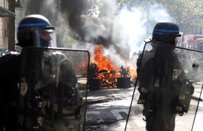 Des CRS près d'un incendie débuté par des militants appartenant aux «black blocs» parmi la marche pour le climat, à Paris le 21 septembre 2019.