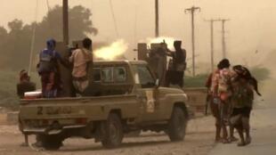 حضور نیروهای طرفدار دولت یمن در جنوب فرودگاه حُدیده. جمعه ٢۵ خرداد/ ١۵ ژوئن ٢٠۱٨